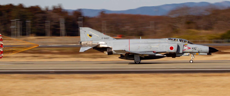 Japanse F-4EJ Phantom landing.